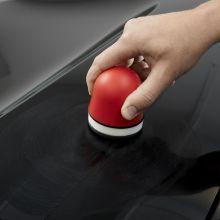 Nakładanie wosku na lakier czarnego samochodu