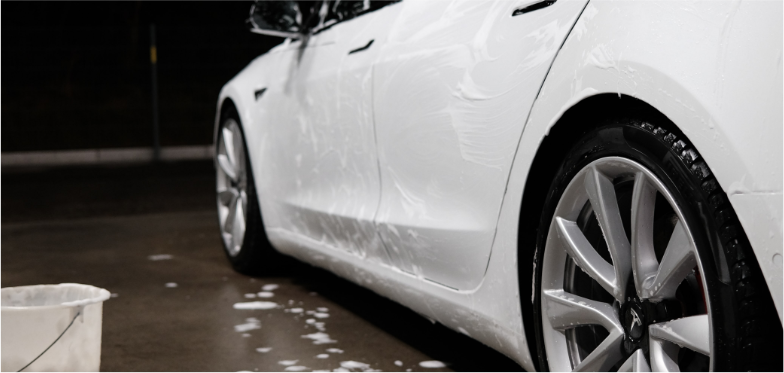 biały samochód z nałożoną pianą z szamponu