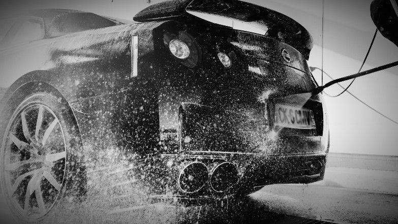 Spłukiwanie auta na samoobsługowej myjni samochodowej